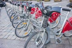 LYON, FRANKREICH - am 15. April 2015 - geteilte Fahrräder werden in den Straßen von Lyon, Frankreich ausgerichtet Velo'v Grand Ly Stockfotografie