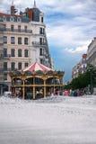 LYON FRANKRIKE - JULI 21, 2010: Sikt till karusellen och springbrunnen Arkivfoton