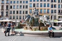 LYON FRANKRIKE - MAJ 19: Symbol av staden, berömd Bartholdi springbrunn på den Terreaux fyrkanten Arkivfoto
