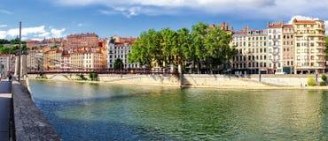 Lyon (Frankrike) near gamla byggnader floden Saone Arkivbild