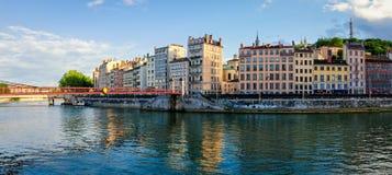 Lyon gamla byggnader längs floden Saone Arkivbilder