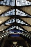 Lyon-helgon Exupéry flygplats - rulltrappa till terminaler Arkivfoto