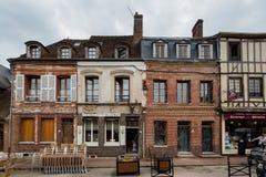 Lyon La Foret Normandía 3 de mayo de 2013: Tiendas que se abren para el negocio fotografía de archivo