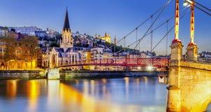 Lyon pelo nigt com luzes fotografia de stock royalty free