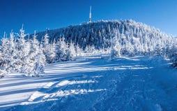 Lysahora in de bergen van de wintermoravskoslezske Beskydy royalty-vrije stock foto's