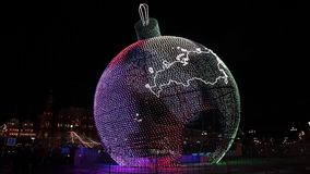 Lysande boll på den Manezh fyrkanten i Moskva, Ryssland Stadsjulgarnering arkivfilmer