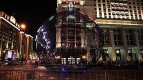 Lysande boll på den Manezh fyrkanten i Moskva, Ryssland Stadsjulgarnering stock video
