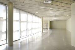 Lysande korridor för offentligt byggande Manipulerar kontoret med möblemang inget royaltyfri foto