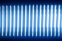 Lysande ljusremsor för abstrakt textur blått glöd mycket för halogendioder för ljusa strålar tapet för ljus substrate mörk Fotografering för Bildbyråer