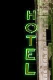 Lysande neonljus stil för tecken för hotell för byggnadsfabrik historisk vertikalt Royaltyfri Fotografi