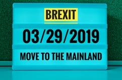 Lysande tecken med inskriften i engelska Brexit och 03/29/2019 och flyttning till fastlandet, i tysk 29 03 undziehaufs 2019 Festl Royaltyfria Foton