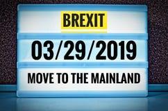 Lysande tecken med inskriften i engelska Brexit och 03/29/2019 och flyttning till fastlandet, i tysk 29 03 undziehaufs 2019 Festl Royaltyfria Bilder