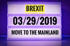 Lysande tecken med inskriften i engelska Brexit och 03/29/2019 och flyttning till fastlandet, i tysk 29 03 undziehaufs 2019 Festl Royaltyfri Fotografi