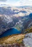 Lysebotn chez Lysefjord Kjerag augmentant la chute de montagnes images libres de droits