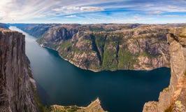 Lysefjord panorama från det Kjerag berget Forsand Rogaland Norge Skandinavien royaltyfri foto