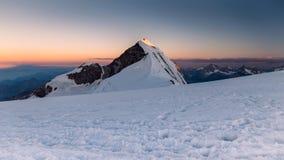 Lyskamm berg på soluppgång, Monte rosa, Italien Royaltyfria Bilder