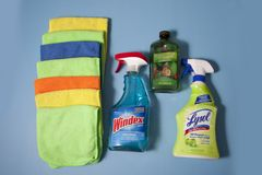 Lysol, Windex και Melaleuca με τον καθαρισμό των υφασμάτων στοκ εικόνα