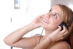 Lyssna och dansa i hem Royaltyfri Fotografi