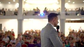 Lyssna till anförandet om marknadsföring och ledning av företaget för lyckade försäljningar Seminarium för affärsfolk stock video