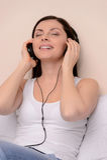 Lyssna till hennes favorit- musik. Härliga medelåldersa kvinnor  fotografering för bildbyråer