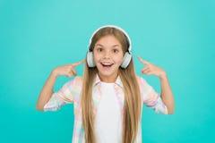 Lyssna till hennes favorit- sång Musik gör henne lycklig Liten flickabarn som lyssnar till musik Det lyckliga lilla barnet tycker royaltyfria bilder