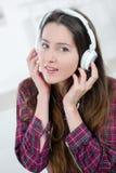 Lyssna till musik bara royaltyfri bild