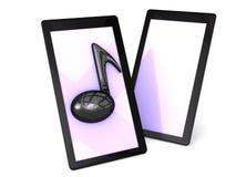 Lyssna till musik på din smarta telefon Royaltyfria Foton