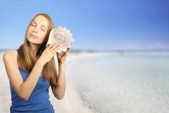 lyssnande havskvinna för conch Fotografering för Bildbyråer