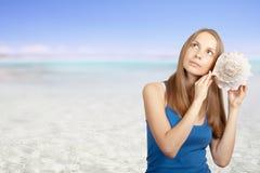 lyssnande havskvinna för conch Arkivfoto