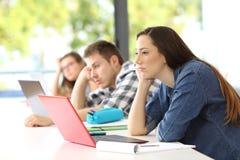 Lyssnande kurs för uttråkade studenter i ett klassrum Fotografering för Bildbyråer