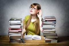 Lyssnande kvinnlig student Arkivfoto