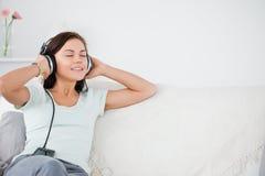 lyssnande älskvärd musik för brunett till Arkivbild