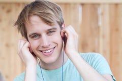 lyssnande male musik för closeup till barn arkivfoton