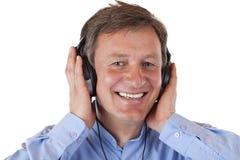 lyssnande man mognad musik mp3 för hörlurar till Fotografering för Bildbyråer