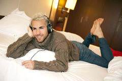 lyssnande manmusik Royaltyfri Fotografi