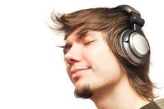 lyssnande manmusik för hörlurar Arkivbilder