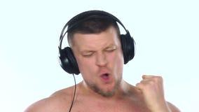 lyssnande manmusik för hörlurar till vitt långsam rörelse lager videofilmer