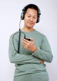 lyssnande manmusik till Arkivbild