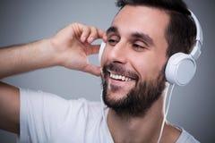 lyssnande manmusik till Fotografering för Bildbyråer