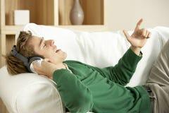 lyssnande manmusik till barn Royaltyfria Foton