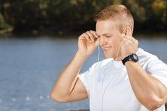 lyssnande manmusik utomhus till barn Arkivbild
