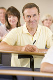 lyssnande manpensionär för föreläsning till universitetar royaltyfria foton