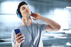 lyssnande musik arkivfoton