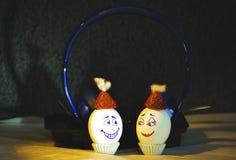 Lyssnande musik för ägg till headphonen med diskoljus och skugga arkivbilder