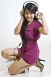 lyssnande musik för asiatisk flicka som är sexig till barn Arkivfoton