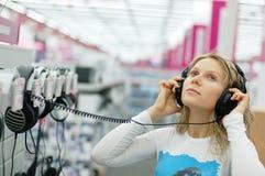lyssnande musik för flicka Arkivbild