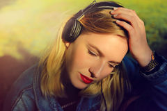 Lyssnande musik för flicka royaltyfria bilder
