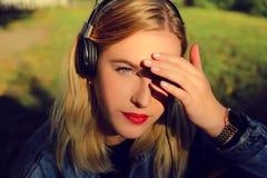 Lyssnande musik för flicka royaltyfri foto