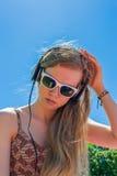 Lyssnande musik för flicka Arkivfoto