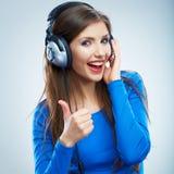 Lyssnande musik för flicka som isoleras på vit bakgrund Kvinnlig isolerad modellstudio Royaltyfri Foto